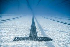 Schwarze Linie Anfänge und Korridor eines olympischen Pools Stockbild