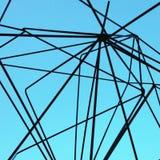Schwarze Linien auf einem blauen Himmel stockbilder