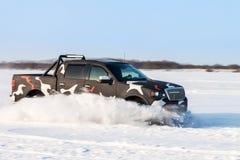 Schwarze LKW-Bewegung beim auf Schnee schnell sich verschieben geverwischt Lizenzfreie Stockfotografie