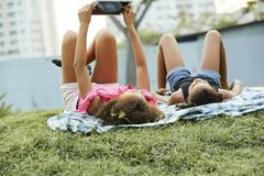 Schwarze Mädchen, die Netz auf Tablette surfen lizenzfreie stockbilder