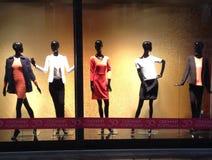 Schwarze Mannequins mit buntem Kleid Stockfoto