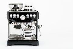 Schwarze manuelle Kaffeemaschine mit Kaffeetassen auf einem weißen Hintergrund, Vorderansicht Stockfoto
