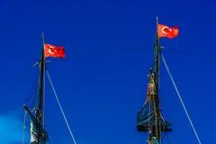 Schwarze Maste mit türkischen Flaggen Stockbild