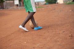 Schwarze Menschen, die Fußball in einem ländlichen Dorf spielen Stockfotos