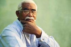 Porträt des alten Mannes des ernsten Afroamerikaners, der Kamera betrachtet Stockbild