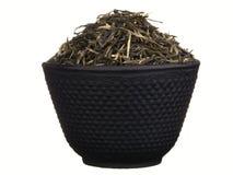 Schwarze Metallteeschale mit Gebräu des grünen Tees lokalisiert auf Weiß Lizenzfreie Stockbilder