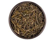 Schwarze Metallteeschale mit Gebräu des grünen Tees lokalisiert auf Weiß Lizenzfreies Stockbild