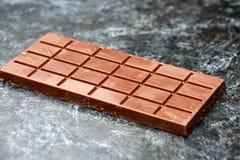 Schwarze Milchschokolade auf Tabelle Stockbild
