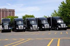 Schwarze moderne große der Anlagen LKWs halb auf Parkplatz in der Reihe Lizenzfreies Stockfoto