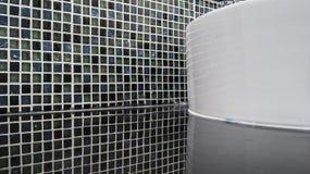 Schwarze Mosaikkeramikfliesen mit Reflexion für das Mit Ziegeln decken Lizenzfreies Stockfoto