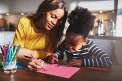 Schwarze Mutter- und Tochterzeichnung stockfoto