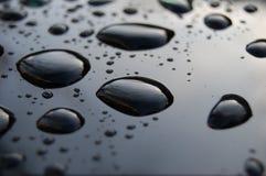 Schwarze Oberfläche mit Wasser Stockfotos