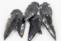 Schwarze Obsidian-Pfeilköpfe Stockfoto