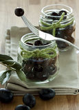 Schwarze Oliven in den Gläsern Lizenzfreies Stockfoto
