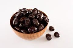 Schwarze Oliven in einer hölzernen Schüssel Lizenzfreies Stockbild