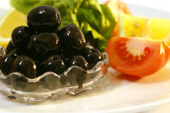 Schwarze Oliven und Gemüse Stockbilder