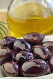 Schwarze Oliven und Olivenöl Lizenzfreie Stockfotos