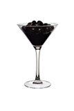 Schwarze Oliven und Saft in einer transparenten Glasnahaufnahme Stockfotos