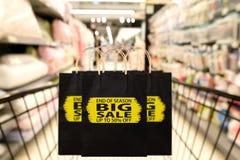 Schwarze Papiertüte mit Saisonende, großer Verkauf, bis 50 Prozent O Stockfotos