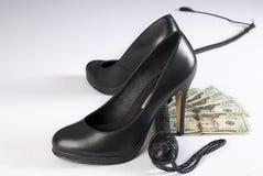 Schwarze Peitsche, hohe Höllenschuhe und Geld Stockfotografie