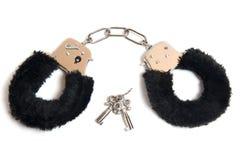 Schwarze Pelzhandschellen mit einem Schlüssel Stockbilder