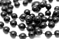 Schwarze Perlen auf einem weißen Hintergrund Lizenzfreies Stockbild
