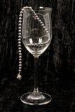 Schwarze Perlen im Weinglas. stockfoto