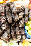 Schwarze Pfeiler in einem Markt, ein Bestandteil, zum von chicha vorzubereiten stockfoto
