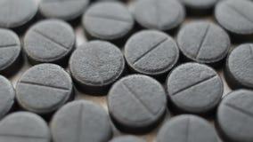 Schwarze Pillen und Tabletten, saugfähiger Kohlenstoff, Rotation stock video footage