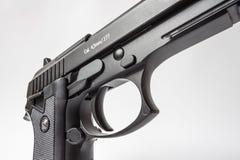 Schwarze Pistole auf weißem Hintergrund Lizenzfreie Stockbilder