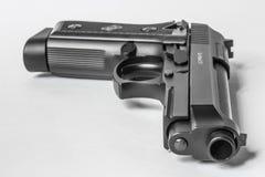 Schwarze Pistole auf weißem Hintergrund Stockbilder