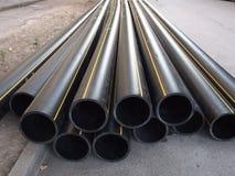 Schwarze PVC-Rohre auf der Straße Lizenzfreies Stockfoto