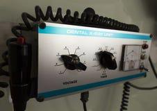 Schwarze Röntgenmaschine in der zahnmedizinischen Klinik; Bedienfeld Stockfoto