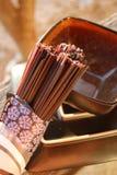 Schwarze Reis soba Nudeln mit einer Schüssel und einer Platte Stockfotos