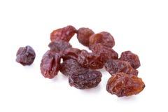 Schwarze Rosinen trockneten die süßen Trauben, die auf Weiß lokalisiert wurden stockfoto