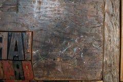 Schwarze, rote und braune Güsse gemacht vom Holz und in einem hölzernen geprägt Stockfotos