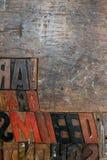 Schwarze, rote und braune Güsse gemacht vom Holz und in einem hölzernen geprägt Stockbild