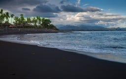Schwarze Sand-Strand-Tropeninsel Stockfotografie