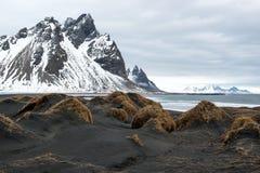 Schwarze Sanddünen und Vestrahorn-Berg, Ozeanufer auf der Stokksnes-Halbinsel, Island Lizenzfreies Stockfoto