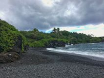 Schwarze Sandstrand Ozeanszene in Maui Hawaii Stockfotografie