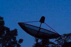 Schwarze Satellitenschüssel für Telekommunikation lizenzfreie stockfotografie