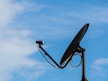 Schwarze Satellitenschüssel im blauen Himmel Stockfoto