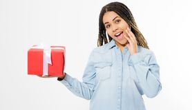 Schwarze Schönheit, die eine Geschenkbox in ihrer Hand, glückliche Menschen hält stockfotos