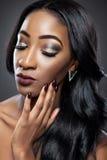 Schwarze Schönheit mit luxuriösen Locken Stockbild