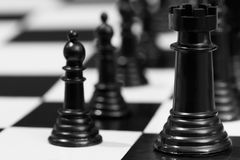 Schwarze Schachstücke Stockfotos