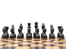 Schwarze Schachstücke an Bord Lizenzfreie Stockfotos