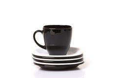 Schwarze Schale auf dem weißen und schwarzen Stapel der Platten stockfotos