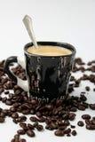 Schwarze Schale mit Kaffee lizenzfreies stockbild