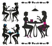 Schwarze Schattenbilder der Mädchen im Kaffee Lizenzfreies Stockbild