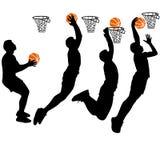 Schwarze Schattenbilder von den Männern, die Basketball auf einem weißen Hintergrund spielen Lizenzfreies Stockbild